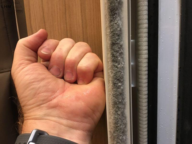 Einpressen des Insektenschutzes in den Türrahmen